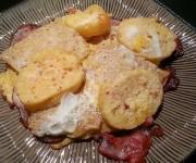 Chlebowe grzanki w jajku kładzione na szynce