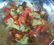 Sałatka z karczochami i suszonymi pomidorami