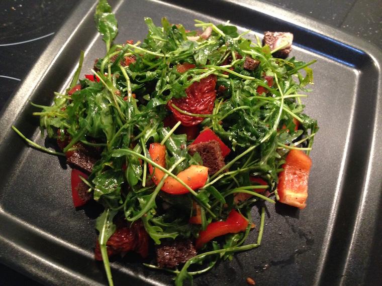 salatka-z-rukoli-z-pumperniklem