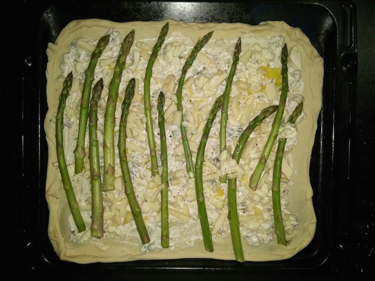 przygotowanie-pizzy-z-bialym-sosem