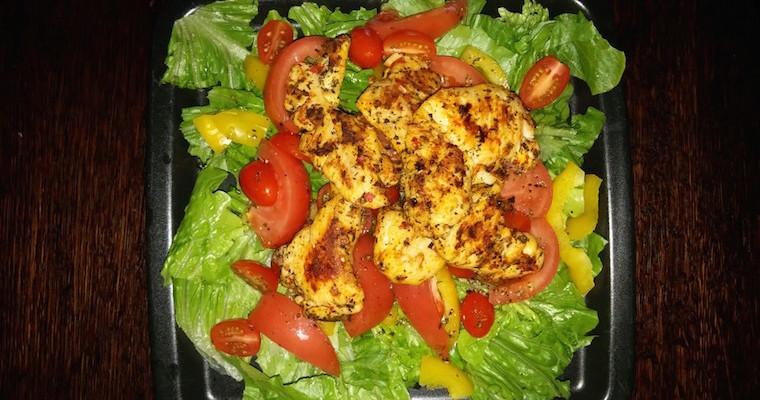 Sałata z kurczakiem grillowanym na ostro