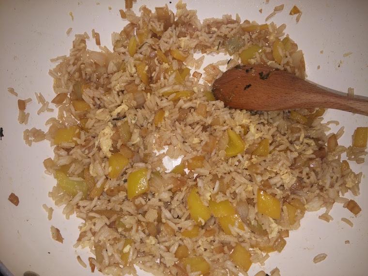 ryz-z-jajkiem-i-warzywami