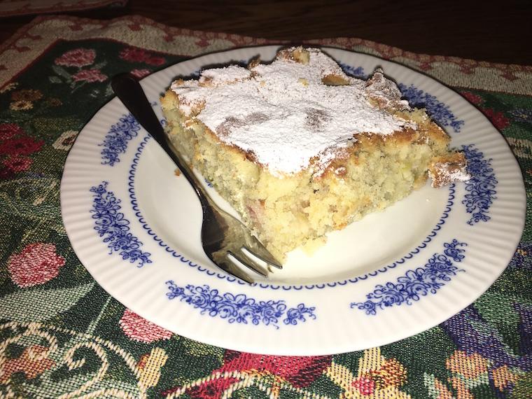 ciasto-z-rabarbarem-i-cukrem-pudrem
