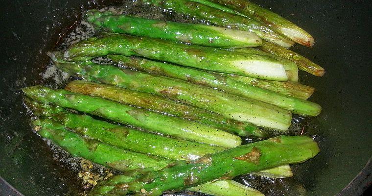 Zielone szparagi z patelni