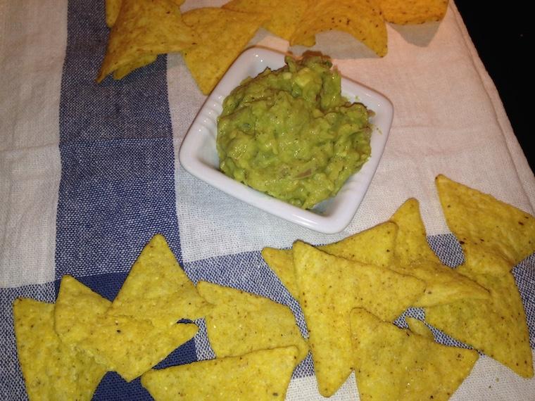 nachosy-i-guacamole