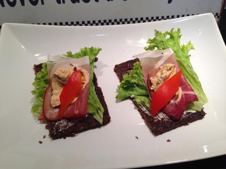 szynka-pumpernikiel-salata