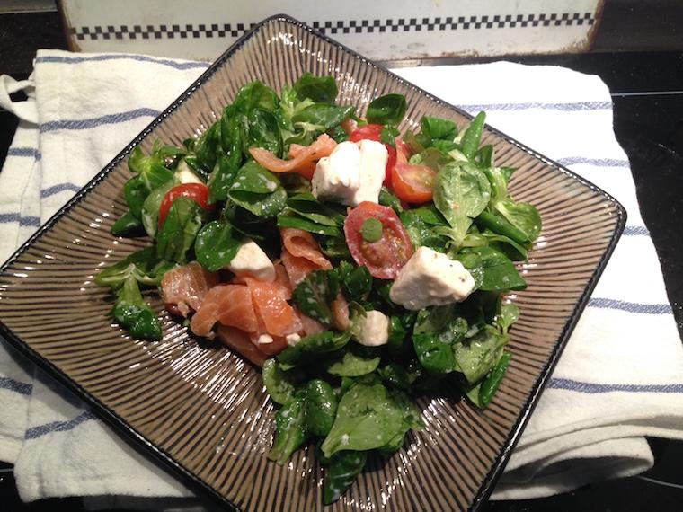 salata-z-feta-i-wedzonym-lososiem