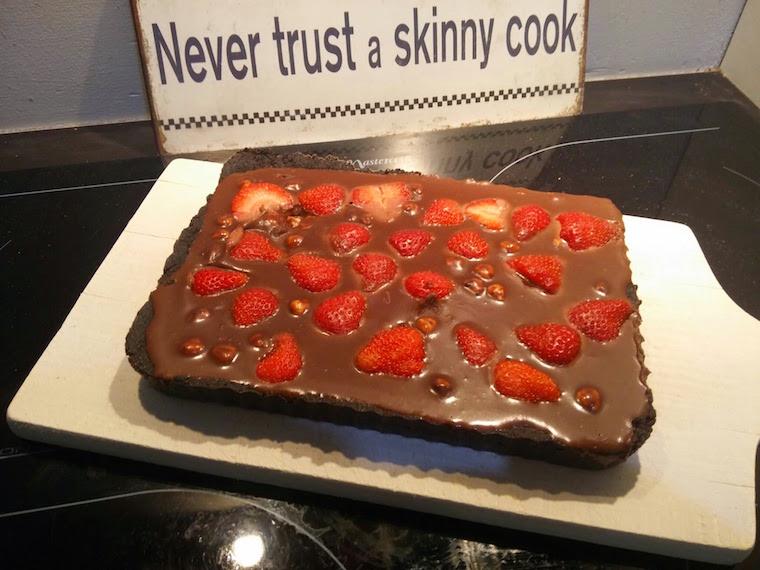 czekoladowa-tarta-na-spodzie-z-oreo-i-truskawkami