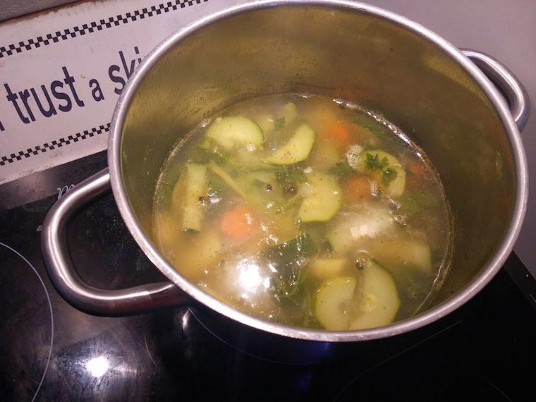 gotowanie-zupy-z-cukinii