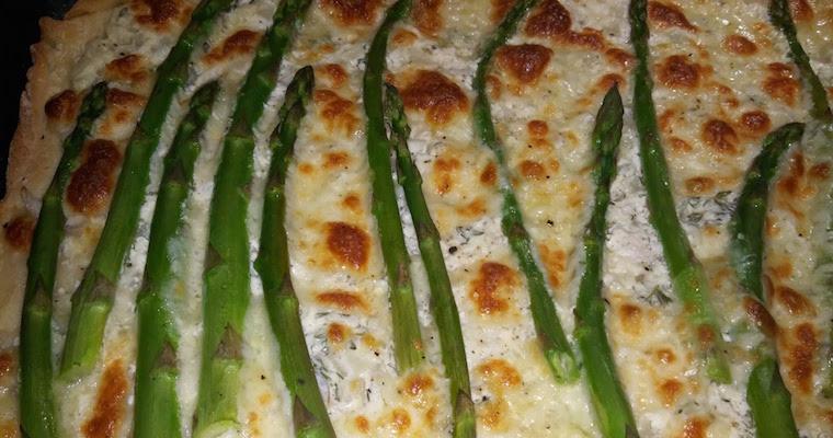 Pizza z sosem śmietanowym ze szparagami