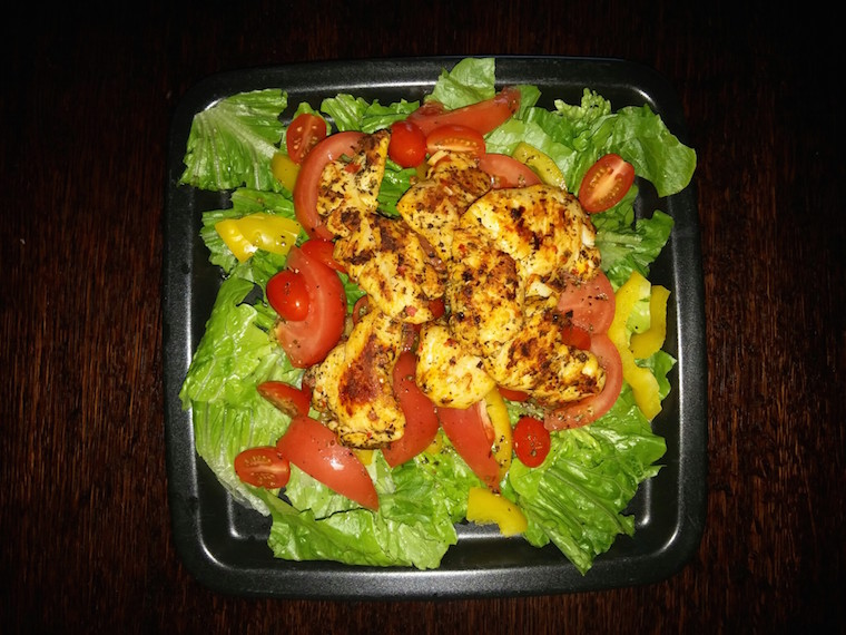 salata-rzymska-z-kurczakiem-grillowanym-na-ostro