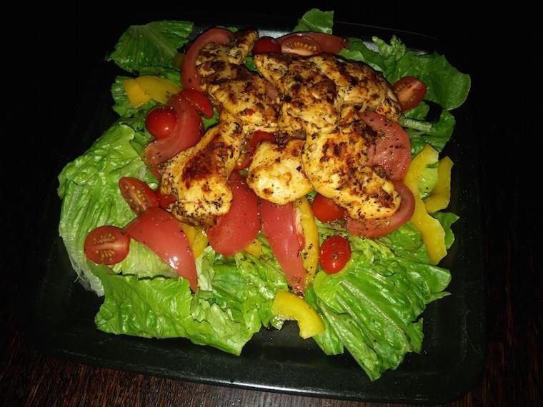 salata-z-kurczakiem-na-ostro