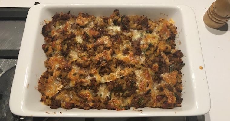 Włoski zapiekany makaron z mięsem, cukinią i fasolą