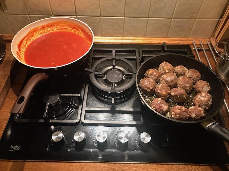 pulpety-ramsaya-w-sosie-pomidorowym