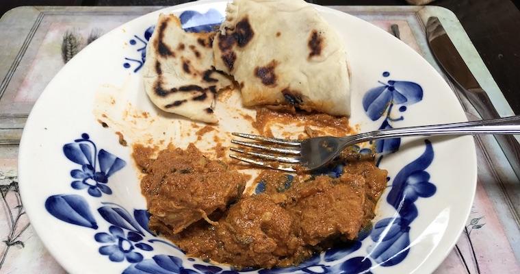Kurczak w czerwonym sosie curry z plackami naan